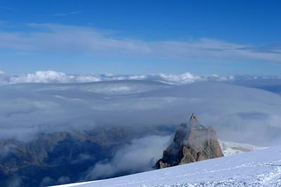 Les nuages jouent avec l'aiguille du Midi, imperturbable...