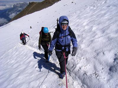 Du refuge, on remonte le glacier facile pour traverser le fameux couloir... Pas de photo, pas de conseil ni de technique particulière, l'endroit étant à mon sens extrêmement exposé... mais que pendant 50m !