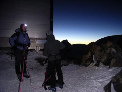 Refuge Vallot... 4400m... Le jour pointe doucement à l'Est... Il est temps de faire le point: On continue ? Quelle question !