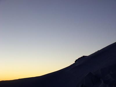 Pendant ce temps, les premiers alpinistes venant du refuge des Cosmiques se distinguent...