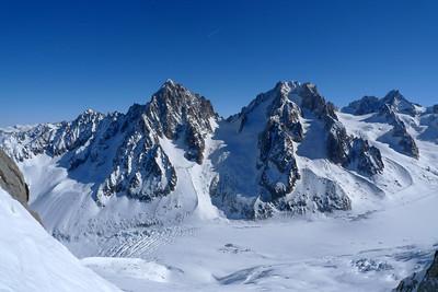...de l'autre coté du Glacier, le Chardonnet et l'Aiguille d'Argentière se chauffent tranquillement...