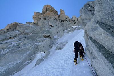 Nous grimpons en réŽversible... Claire fait sa première course de neige !!!!