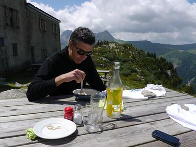 Petit déjeuner sur le pouce avant de reprendre la loooongue remontée vers les Conscrits. Olivier, grimpeur du Mans, vient ici pour réaliser un rêve d'enfant...