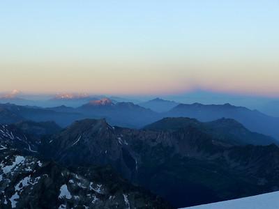 """L'ombre du Mt Banc forme une """"pustule"""" dans la ligne de l'aube... J'adore ces ambiances..."""