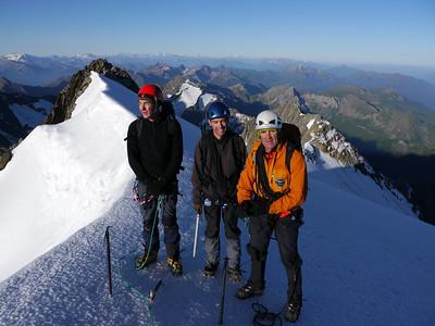 Non loin du sommet nous profitons des premiers rayons pour nous réchauffer un peu...