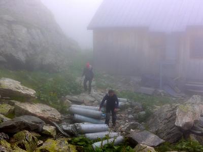Après s'être perdus dans le brouillard ( pas facile de suivre un chemin ), nous vlà donc au refuge et nous décidons d'aller explorer l'arrière pays...