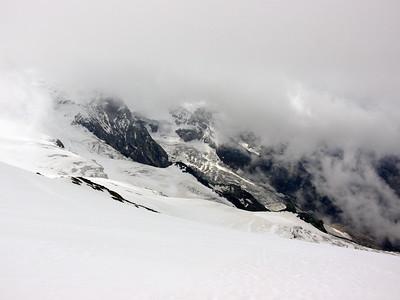 Puis notre parcours nous mène vers le refuge Guide de Ayas, que l'on rejoindra en traversant sous les arêtes du Breithorn... car le glacier en dessous est infranchissable en été !
