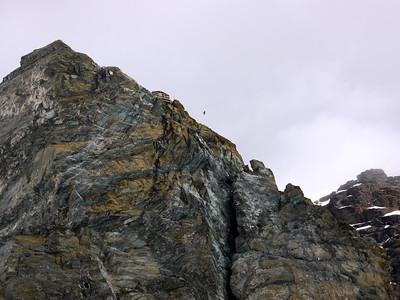 Tout là-haut le Bivouac Rossi e Volante qui permet de raccourcir l'approche pour la traversée intégrale du Breithorn...