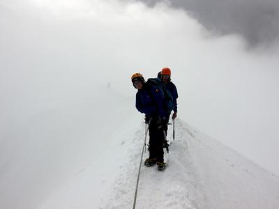 Nous arrivons au sommet par l'arête Est, en même temps que le nuage...