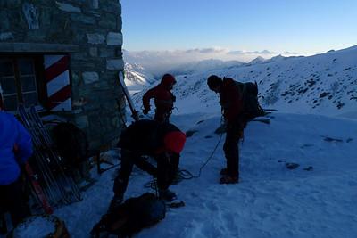 Après un après midi venteux et neigeux, nous décidons de repasser une nuit à Tracuit... Le lendemain, direction l'épaule du Weisshorn via le Col Millon, puis le refuge Arpiettetaz...