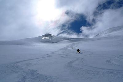 Même si les nuages gonflent au dessus de nos têtes, nous faisons une descente magnifique !