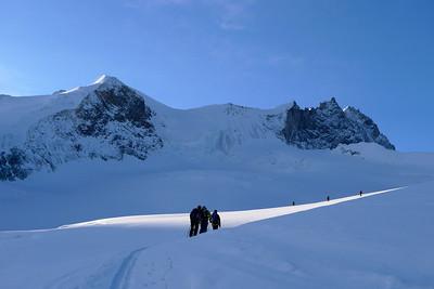 Le Lendemain nous partons avec le petit jour pour rejoindre le sommet... Attention aux crevasses en sortant !