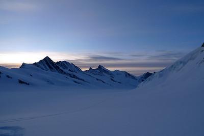Nous prenons le glacier Emigschneefäld... A gauche, le Fiescherhorn, par lequel on peu passer pour rejoindre le refuge...