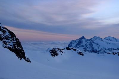 Tôt le matin, départ pour Finsteraarhornhütte...