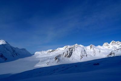 Plus à droite: Abenie Flue au fond, Gletscherhorn, Lourvihorn et Jungfrau ( contrôle à la fin pour le nom des sommets ;-)