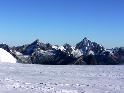 Au loin Le Weisshorn à droite et le Zinalrothorn à gauche.