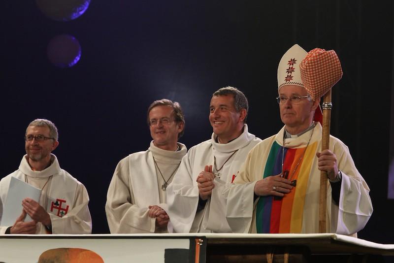 Prêtres et évêque