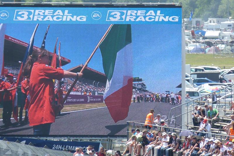 Chaque drapeau est présenté au son de l'hymne de son pays