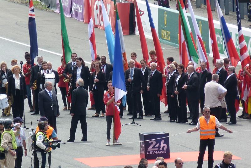 Le drapeau français est présenté en dernier