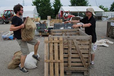 Des compagnons chargent un marabout dans une caisse