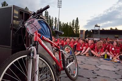 Le vélo de la Com Spi posé devant le podium, prêt à repartir !