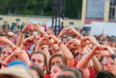 Les caravelles forment des coeurs pendant une chanson