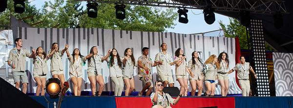 Les scouts israëliens chantent Evenou Shalom sur le podium