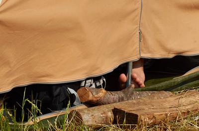 Repos dans la tente, les scouts, le pied !