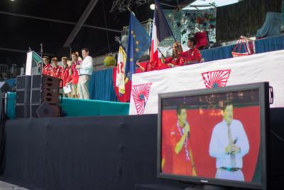Patrick Kanner avec des pionniers sur le podium