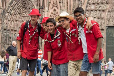 Photo d'équipe devant la Cathédrale