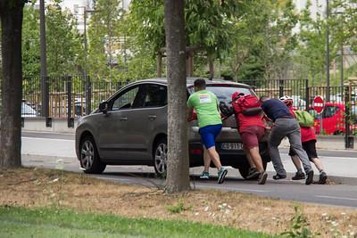 Une voiture en panne : des scouts pour aider