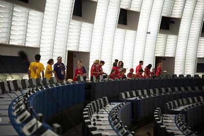 Arrivée dans l'hémicycle, chacun rejoint le siège d'un eurodéputé
