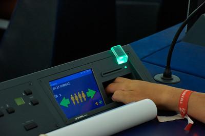 Le vote a lieu sur les machines à voter du Parlement, comme un député.