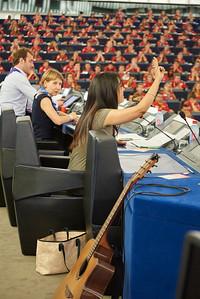 Elle n'a jamais été scoute mais elle a souhaité affirmer son salut. Le parlement européen n'aura jamais été aussi scout. Quelques minutes plus tôt, les pionniers et caravelles chantaient au son de la guitare dans l'hémicycle.