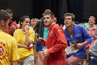 Nicolas Bertrand, accompagné d'Antoine Dulin, donne les instructions