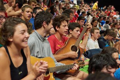 Les jeunes chantent dans le zénith.