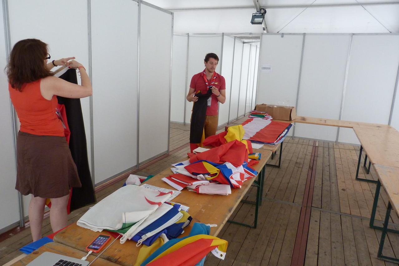 Préparation des drapeaux pour la Veillée d'ouverture