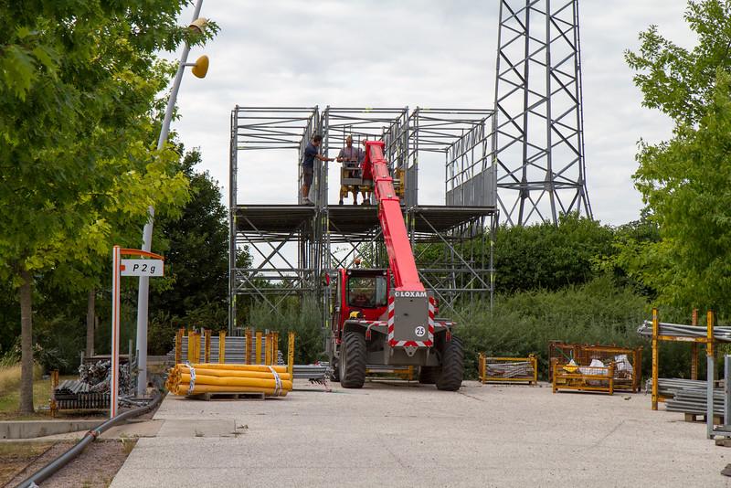 Construction d'une passerelle pour aller vers le podium principal