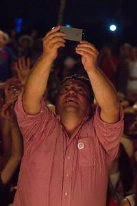Selfie de Guillaume Bapst avec le village où il a témoigné