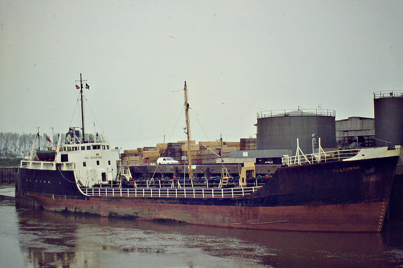 TILLERMAN (London) - IMO5409433 - Tanker - GBR/1191/63 Drypool Engineering Co., Hull, No.5 - 61.9 x 9.4 - Rowbotham Tankships - still trading as TILLERMAN - Wisbech, discharging at the Oil Jetty, 06/84.