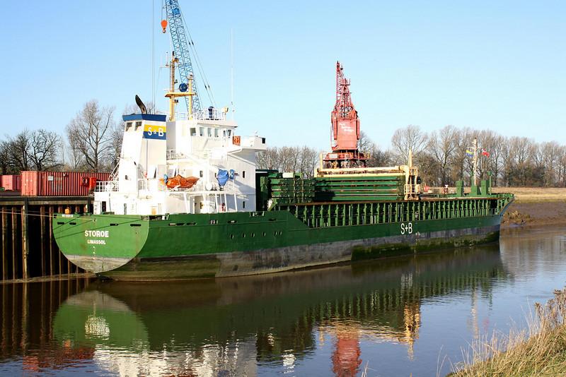 STOROE (Limassol) - IMO9325130 - Cargo - CYP/4507/04 Scheeps Bodewes, Hoogezand, No.633 - 90.0 x 15.2 - Hermann Buss - Port Sutton Bridge, unloading loose peat, 11/12/08.