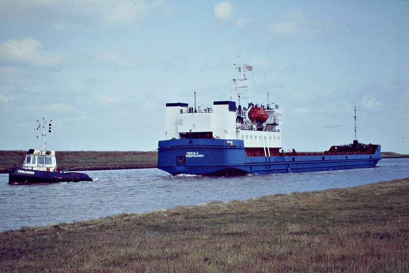 TYUMEN-3 (Novorossiysk) - IMO8832083 - Cargo - RUS/3152/90 ZTS Yard, Komarno, No.2335 - 116.1 x 13.4 - Reskom Tyumen Ltd. - Port Sutton Bridge, going astern up the River Nene towed by the tug FENLANDER, 26/06/08.