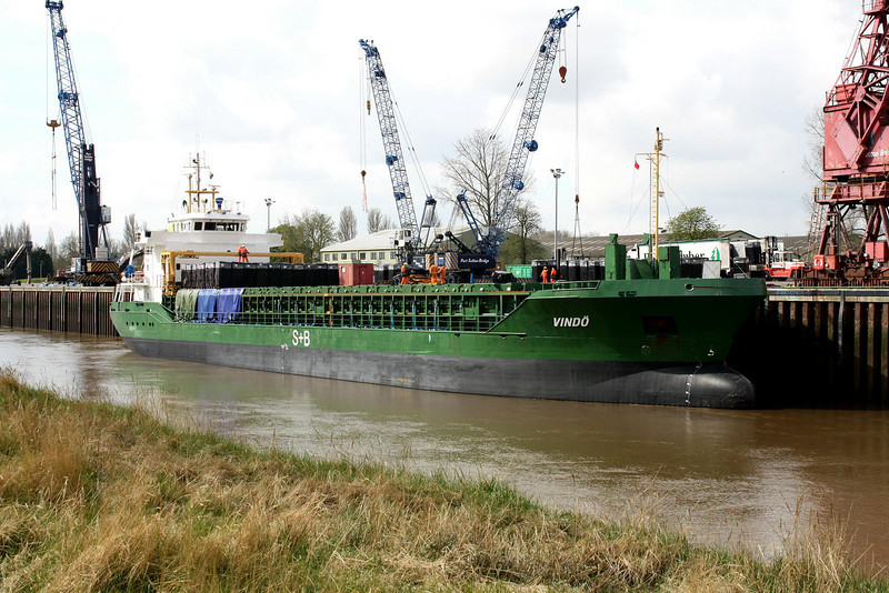 VINDO (St Johns) - IMO9290672 - Cargo - ATG/4516/04 Scheeps Bodewes, Hoogeazand, No.631 - 90.0 x 15.2 - H Buss, Leer - Port Sutton Bridge, unloading loose peat, 07/04/09