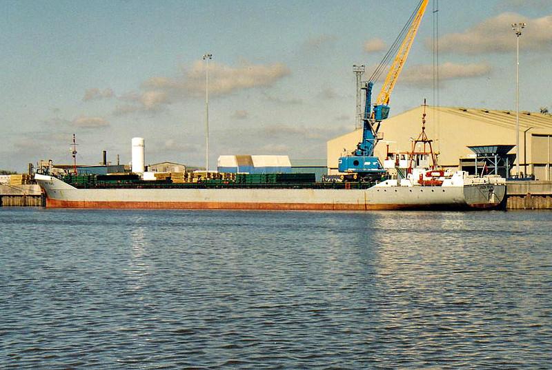 UNION PEARL (Douglas) - IMO8411633 - Cargo - IOM/3774/90 R Dunston & Co., Hessle, No.H991 - 99.7 x 12.5 - Union TRansport, London - 2010 JAZZ (MHL) - Kings Lynn, unloading fertiliser on Alexandra Quay, 20/09/07.