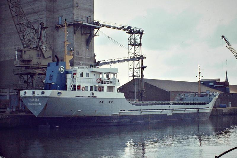 VICTRESS (Groningen) - IMO8110875 - Cargo - NLD/6122/82 Scheeps Niestern Sander, Delfzijl, No.507 - 66.2 x 11.6 - Becks Scheepsvartkantoor - still trading as VICTRESS (COL) - Kings Lynn, loading grain, 02/83.