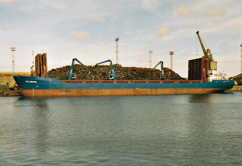 WALZBERG (St Johns) - IMO9001813 - Cargo - ATG/2767/91 Stocznia Gdanska - 88.3 x 12.5 - Erwin Strahlmann - 2009 HAV SNAPPER (BHS) - Kings Lynn, loading scrap in Bentinck Dock, 13/08/07.