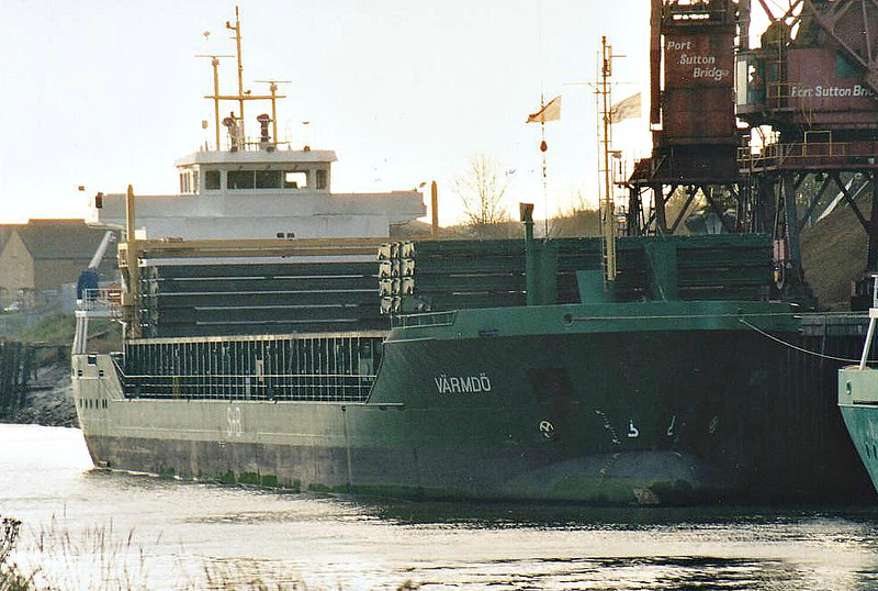 VARMDO (St Johns) - IMO9290684 - Cargo  - ATG/4501/04 Scheeps Bodewes, Hoogezand, No.632 - Trader 4500 Class - 90.0 x 15.2 - Varmdo Schiffs - Port Sutton Bridge, unloading loose peat, 23/11/07 - 08/13 ALESSANDRA LEHMANN (ATG).