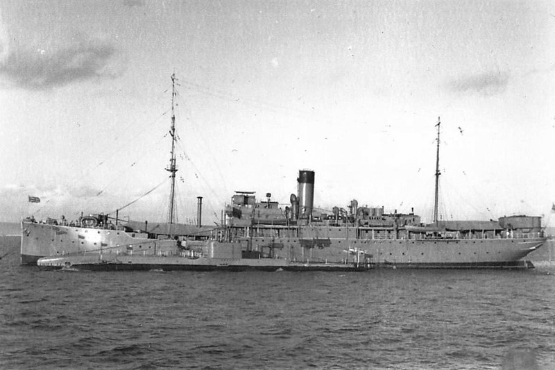 1914 to 1948 - LUCIA (F27) - Submarine Depot Ship - 5809 tons - 108.3 x 13.7 - 1907 Furness With Shipbuilders, Middleton, No.307 as SPREEWALD (1907-14) Hamburg Amerika Line - 09/14 captured, 1916 converted to Submarine Depot Ship, 1939 to 1945 Far East as Small Ship Repair Ship, 1948 sold commerical as SINAI (PAN) - 01/51 broken up at La Spezia.