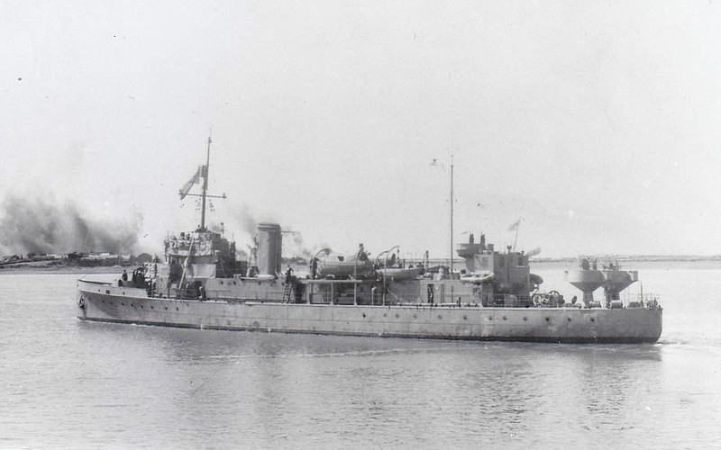 1918 to 1945 - SALTBURN - Hunt Class Minesweeper - 710 tons - 70.0 x 8.5 - 1918 Murdoch & Murray & Co., Port Glasgow - 1x4in. - 16 knots - 1930 Tender to RN Signals School, 10/36 Radar Trials Ship, 1939 Tender to HMS DRYAD, RN Navigation School, 26/10/45 ran aground off Horse Sand Fort. Portsmouth, total loss, 11/46 sold for breaking, 16/11/46 wrecked off Harland Point en route to breakers - seen here in 07/42.