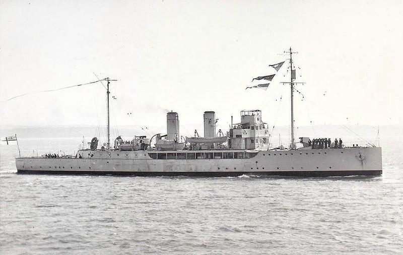 1915 to 1935 - HELIOTROPE - Azalea Class Minesweeping Sloop - 1250 tons - 81.6 x 10.2 - 1915 Lobnitz & Co., Renfrew - 2x4.7in., 2x47mm - 17 knots - 01/35 sold for breaking - seen here in May 1932.